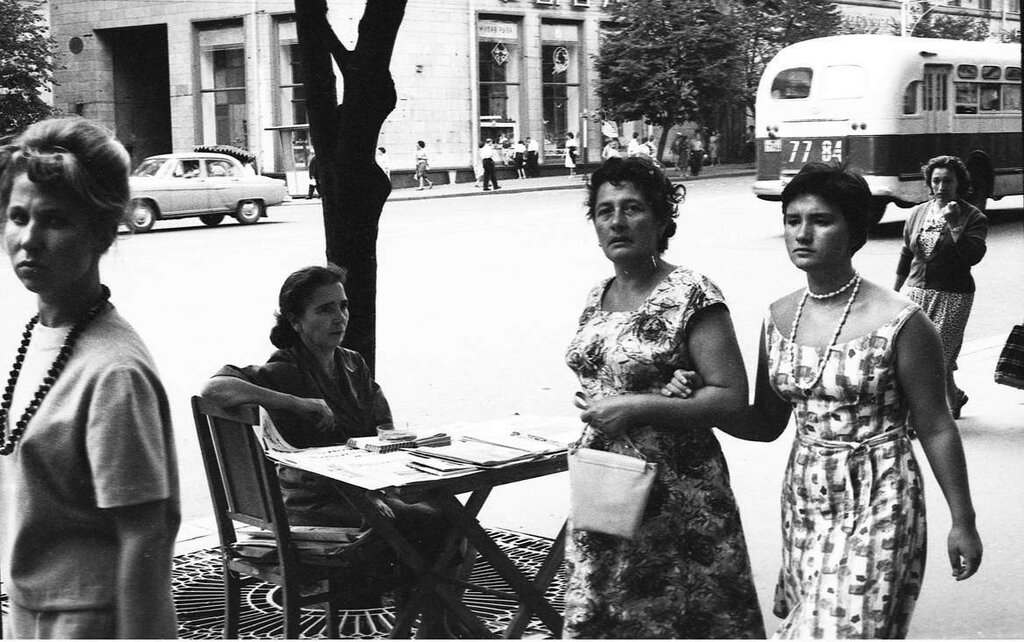 3052-15A- URSS - Moscou- dans une rue de Moscou -1963 - Marchande de rue ©Gérald Bloncourt