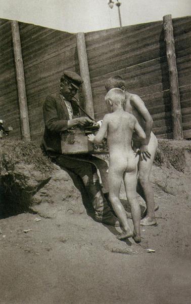 Мороженщик на пляже, 1926 год А. Родченко.jpg