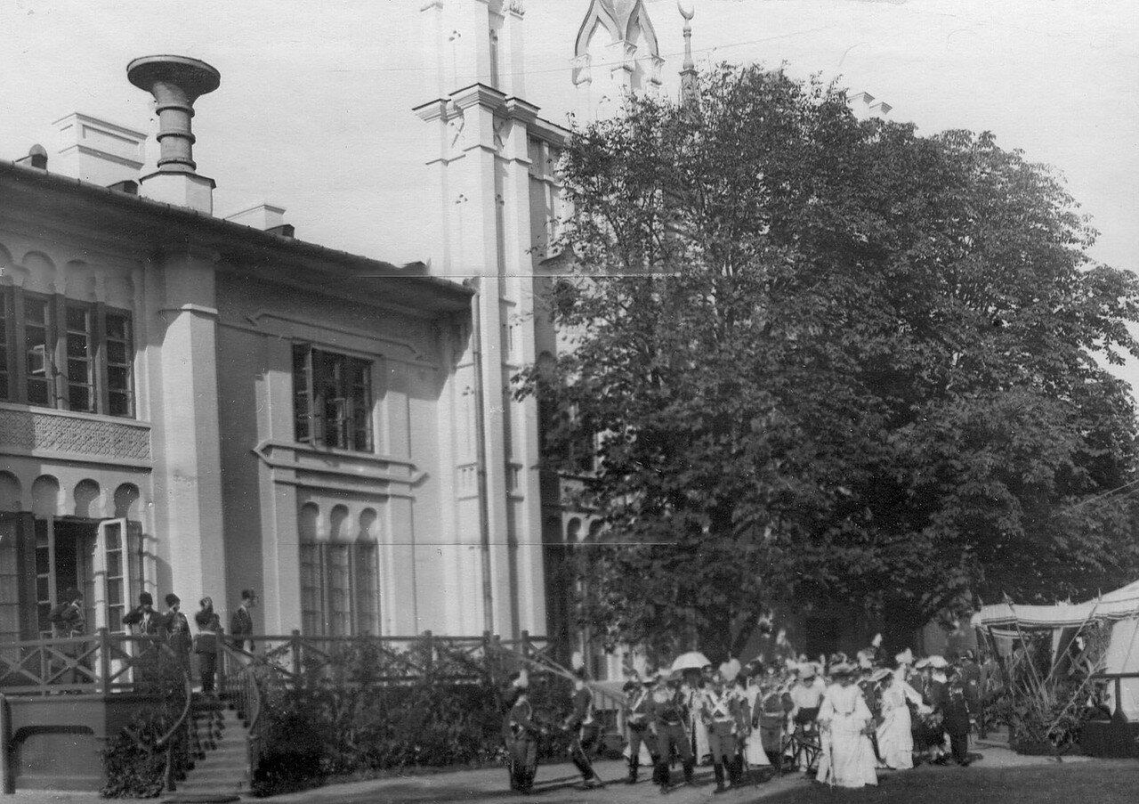 Император Николай II cо свитой в саду офицерского собрания на праздновании 250-летнего юбилея полка