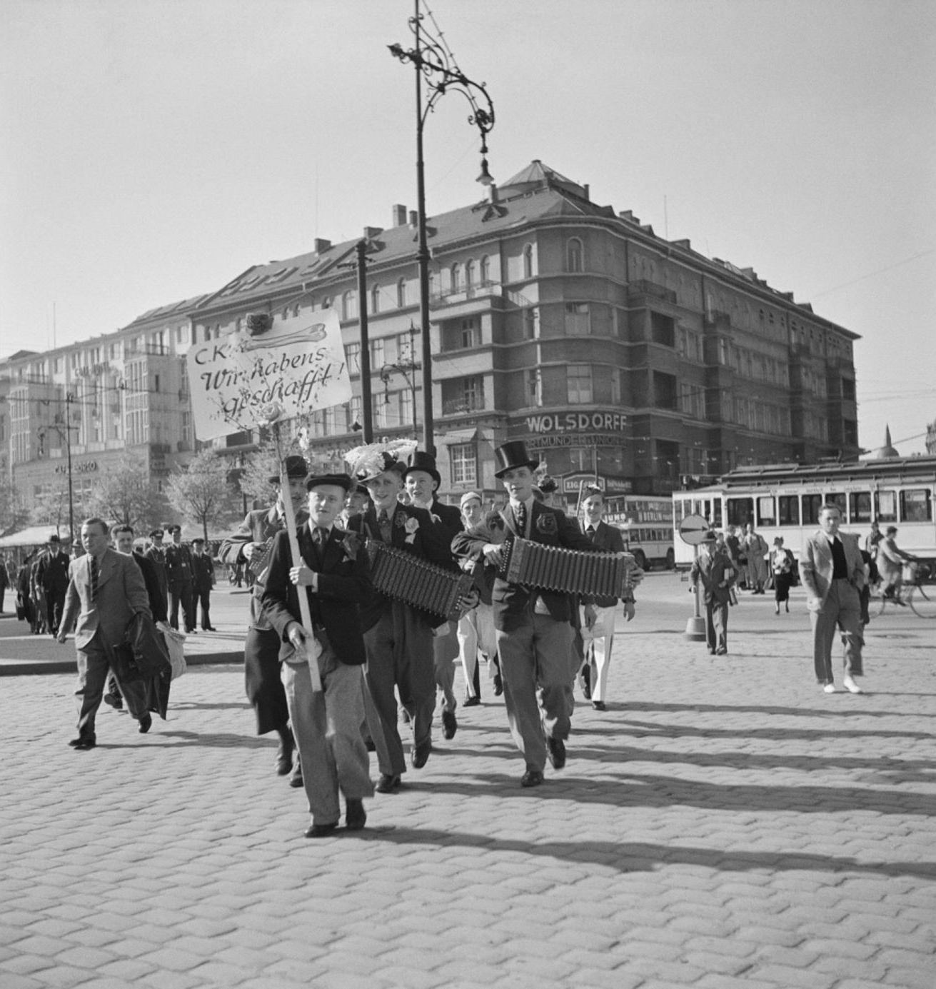 1932. Ученики мясников отмечают окончание экзаменов. Надпись гласит «Мы сделали это!». Харденбергштрассе, Берлин