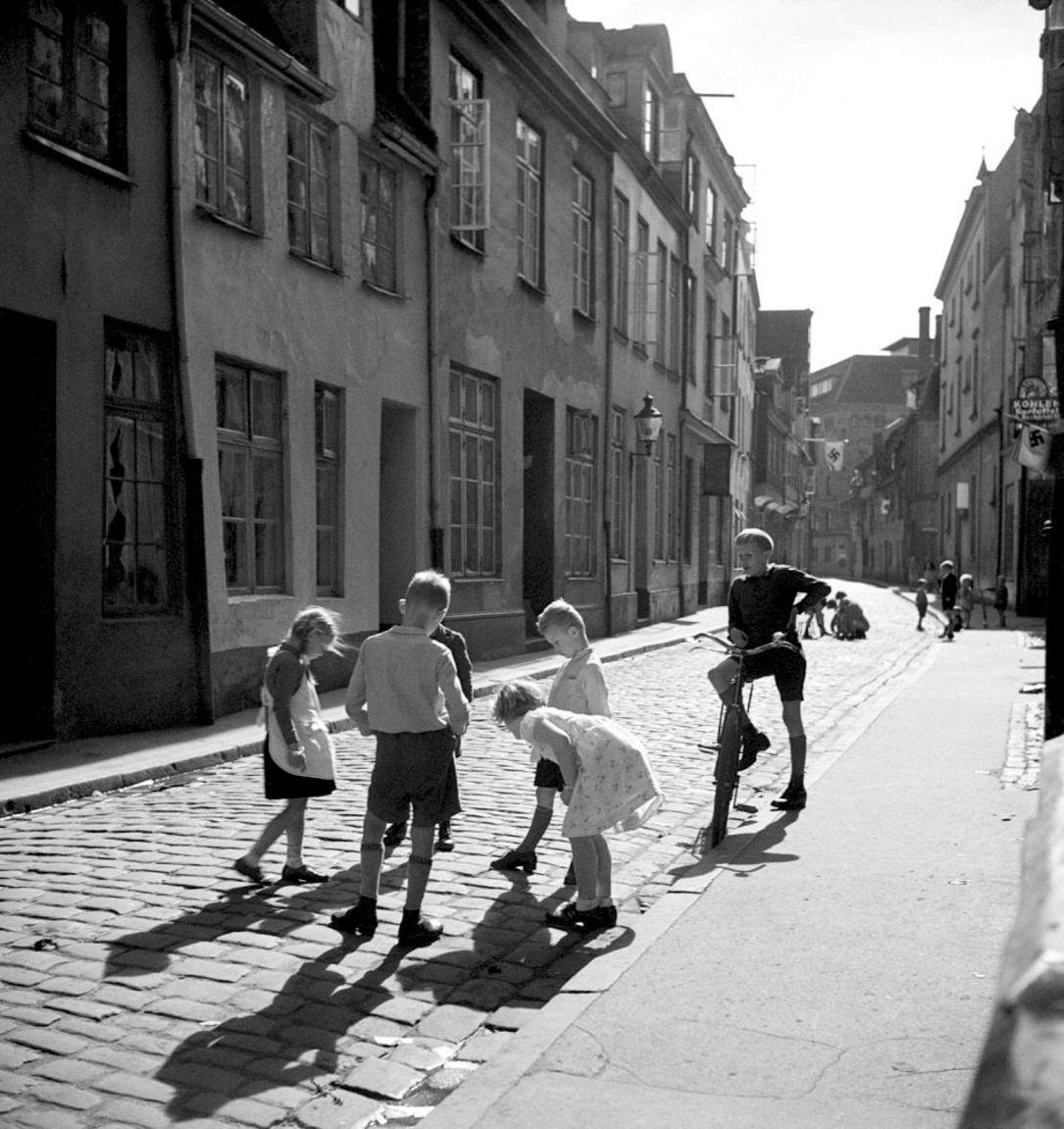 1937. Дети, играющие на улице где-то  в предместьях Берлина
