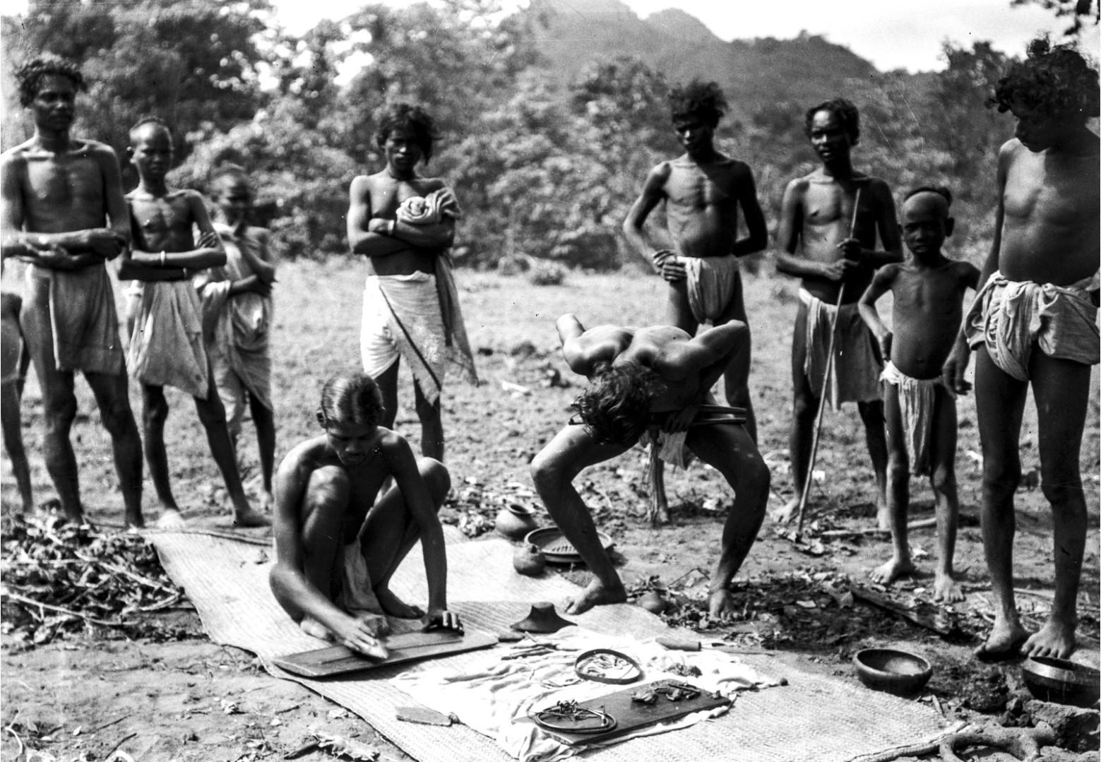 725. Орисса. Группа мужчин делает восковые фигуры