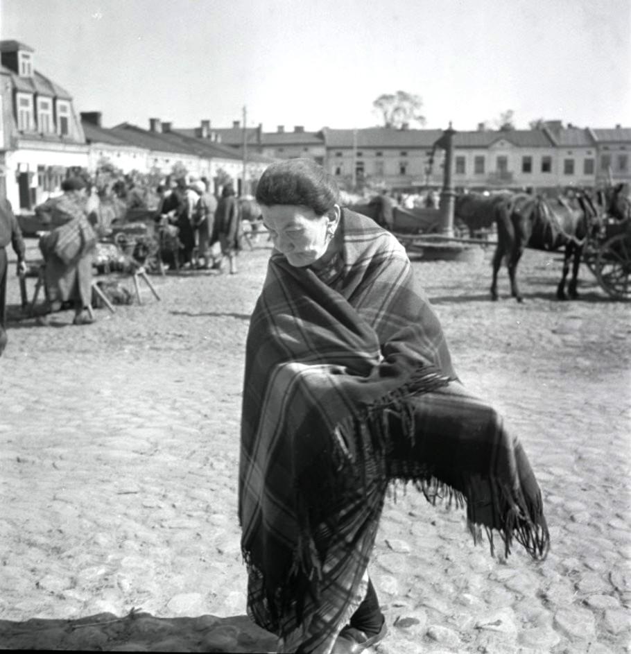 Лодзь. Женщина с платочком