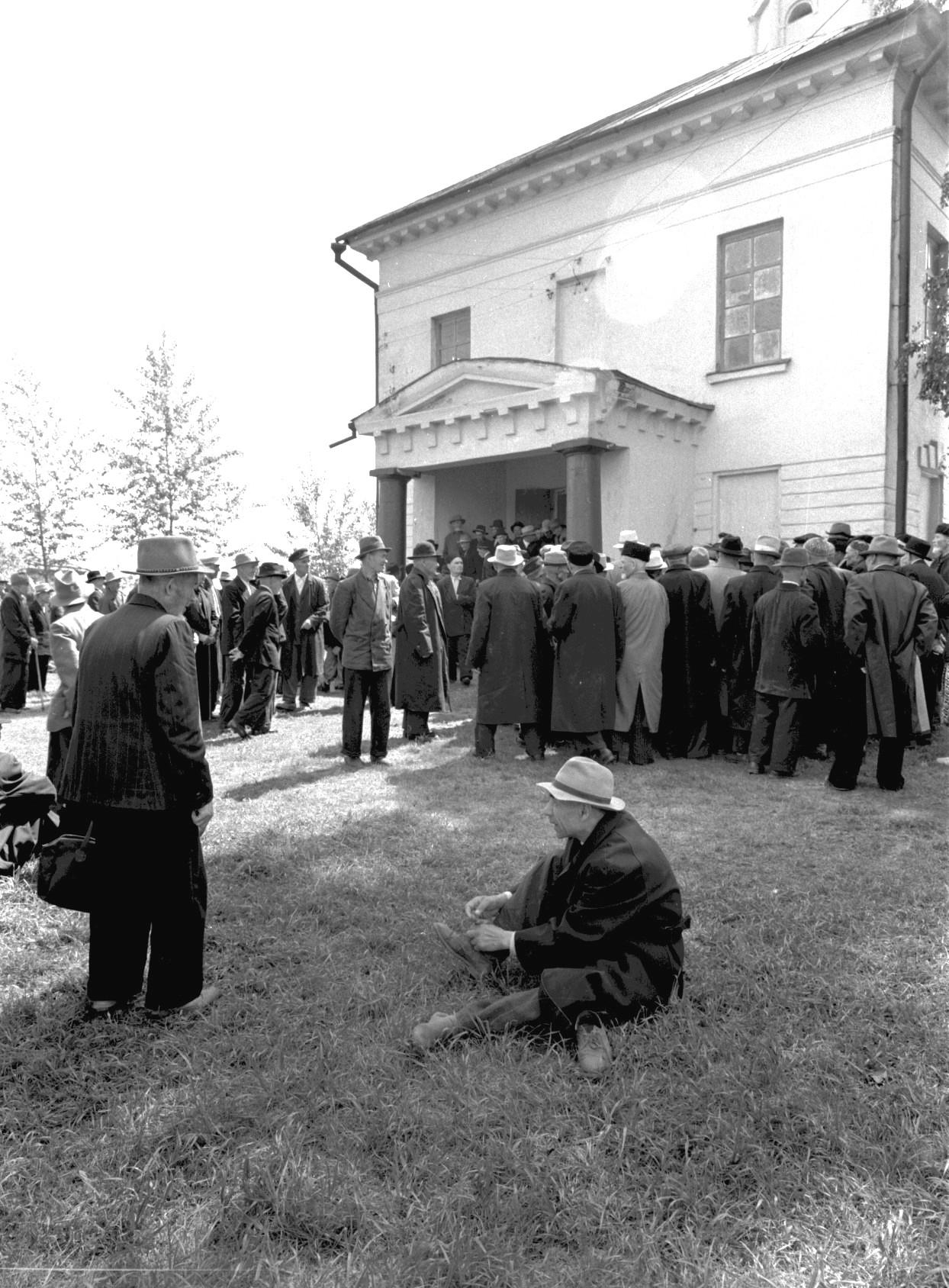 Городская мечеть. Люди перед зданием