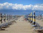 Пустой пляж из-за шторма на море