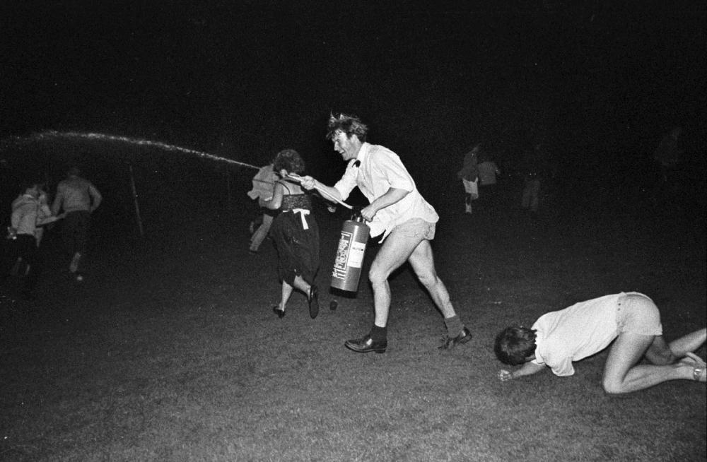Празднования после соревнований гребцов в Кембридже, июнь 1984 года.