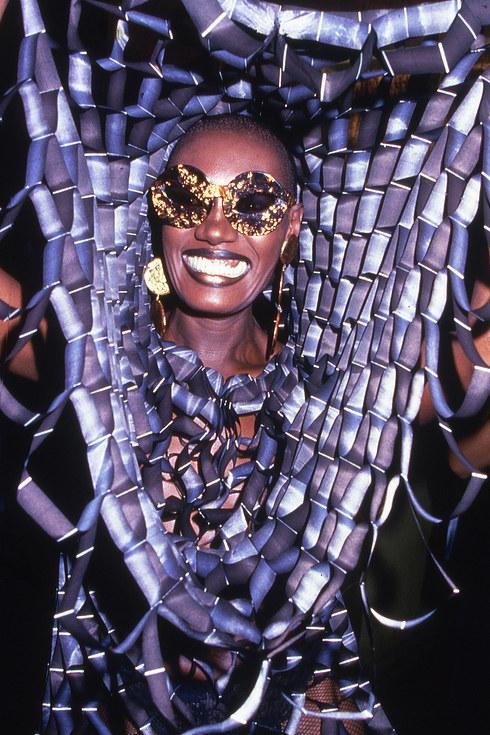 Актриса и певица Грейс Джонс широко улыбается на камеру во время вечеринки в легендарном клубе Studi