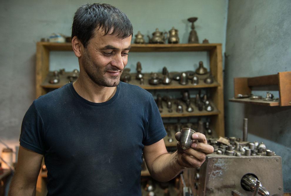 Инструментарий на стеллажах в мастерской Карима:
