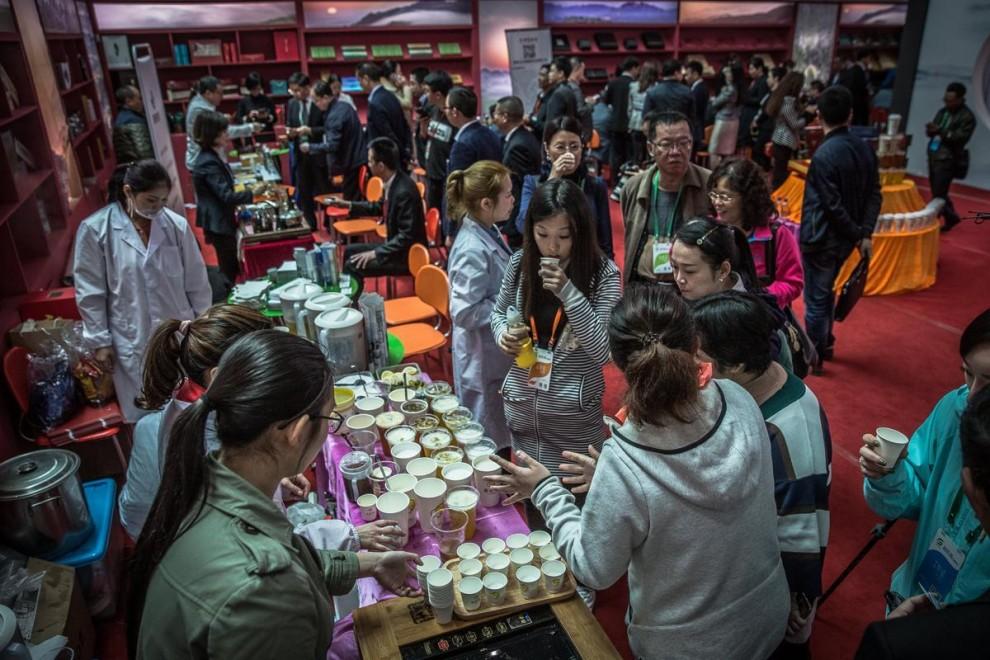 Сезонные работницы собирают чай лунцзин на плантации в окрестностях Ханчжоу в провинции Чжэцзян.
