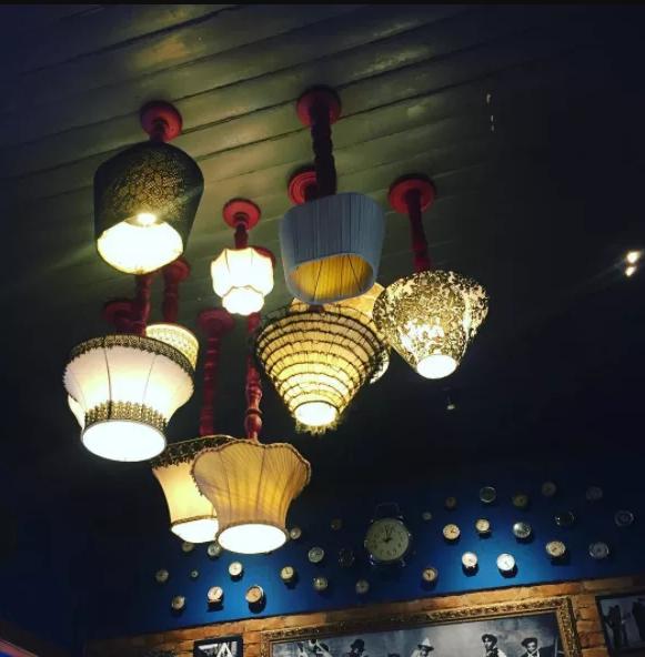 8. Если в хипстерском ресторане откуда-то взялись настольные лампы, их ни в коем случае нельзя стави