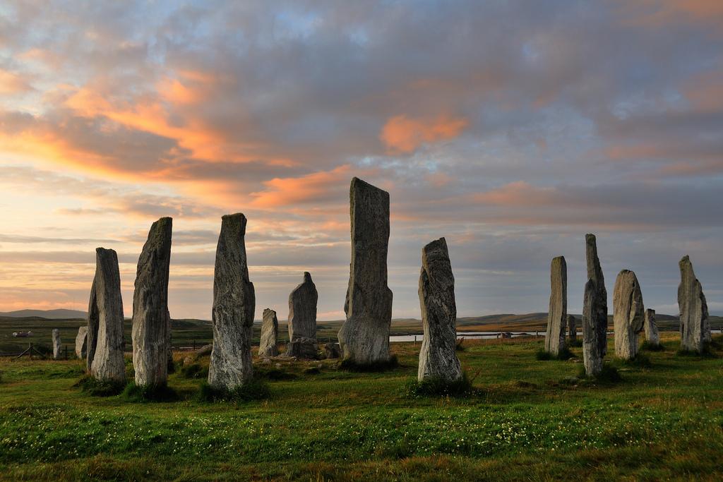 Пожалуй, самым разрекламированным каменным сооружением Великобритании является Стоунхендж. Однако за