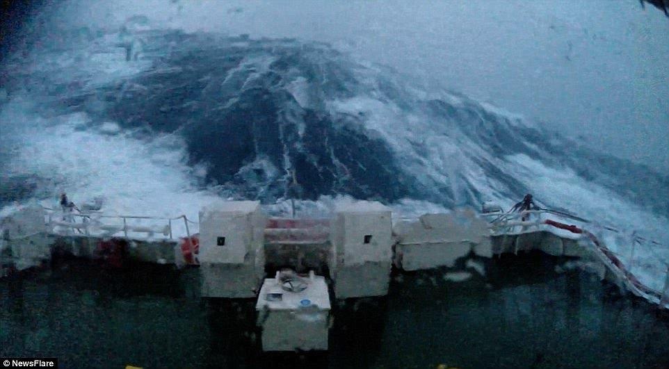 Паром DFDS, попавший в шторм «Imogen» у берегов Великобритании, 2016 год.