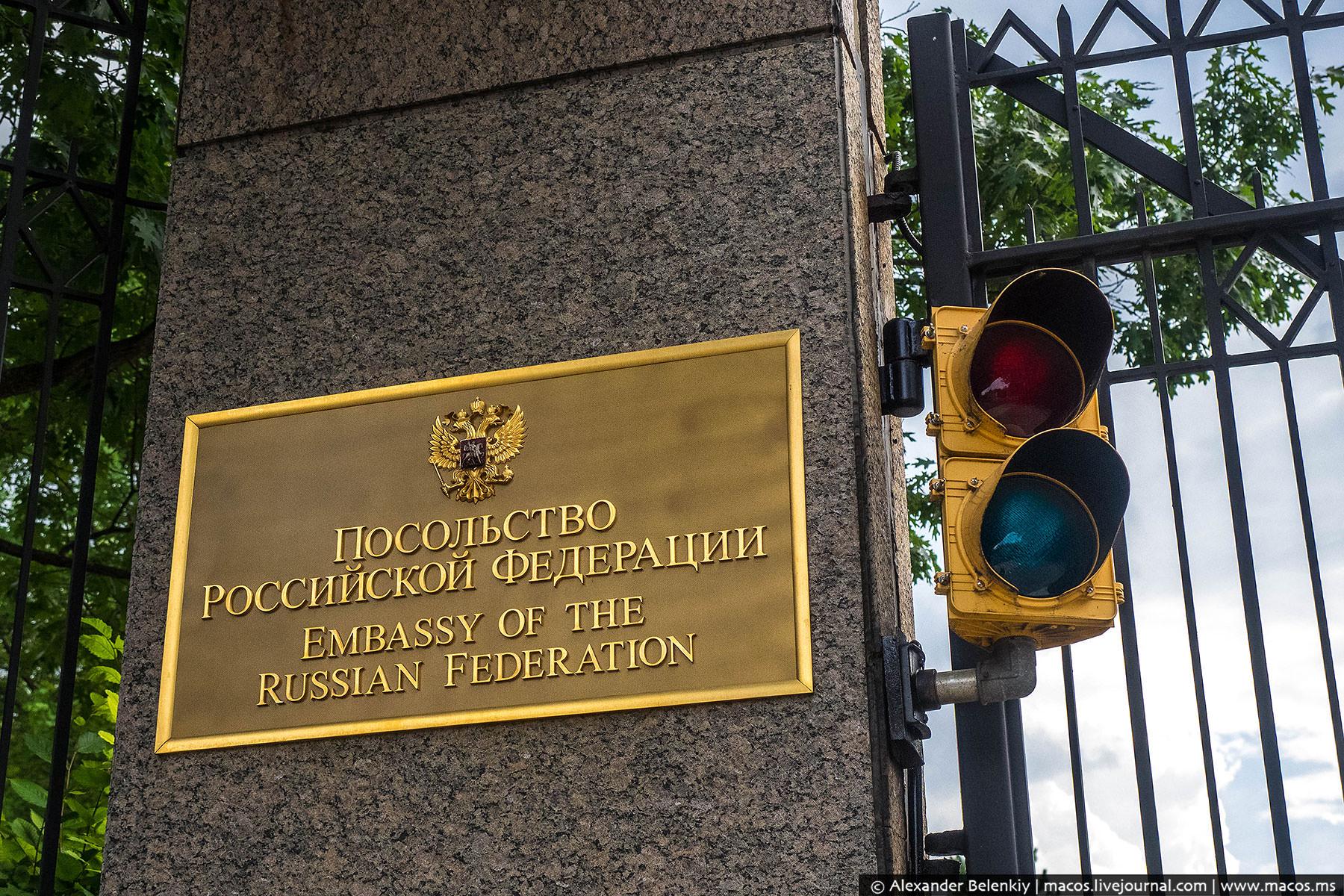 Ну а мы посетим два больших квадратных здания, их называют представительскими. Гражданину России поп