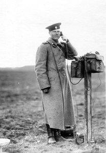 Телефонист у аппарата на аэродроме.
