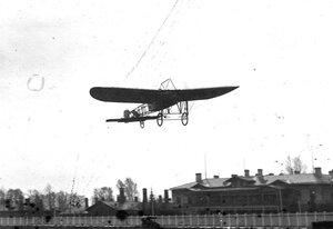 Аэроплан Блерио в воздухе.