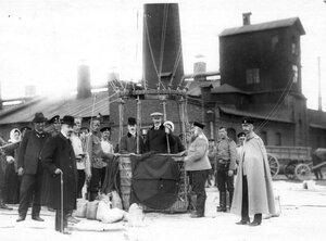 Авиаторы в корзине воздушного шара перед подъемом на территории Газового завода.