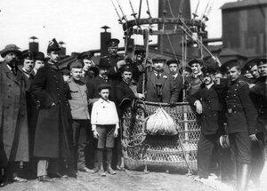 Группа участников праздника у корзины  воздушного шара перед полетом.
