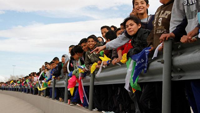 Мексиканцы построили «живую стену» награнице сСША