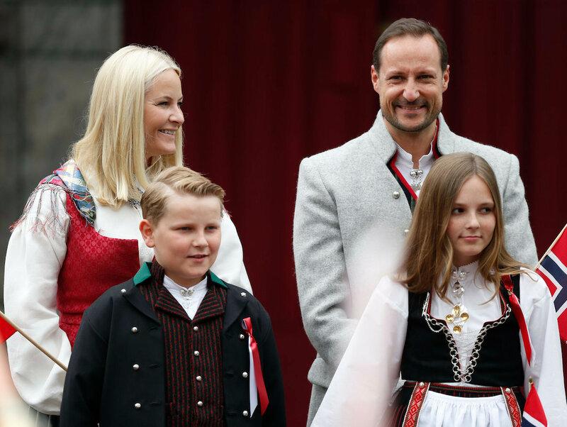 Kronprinsfamilien hilser pbarnetoget utenfor Skaugum i Asker 17.