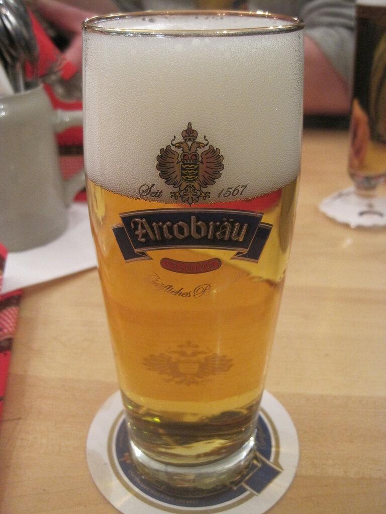 В более или меннее изысканных ресторанах и кафе Баварии Helles разливают в стеклянные стаканы особой формы - «Виллибехер» - Willibecher емкостью 0,5 литра или даже менее.