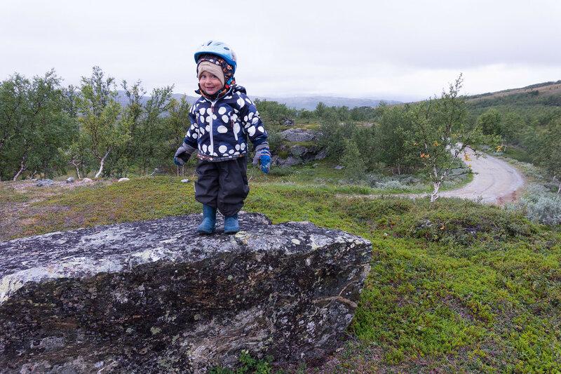 двухлетний ребенок в велопоходе по тундре
