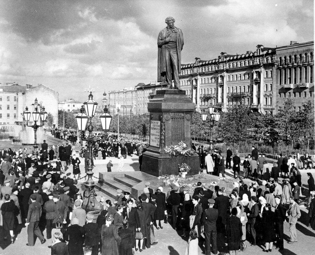 192756 Открытие памятника Пушкину на новом месте 1950.jpg