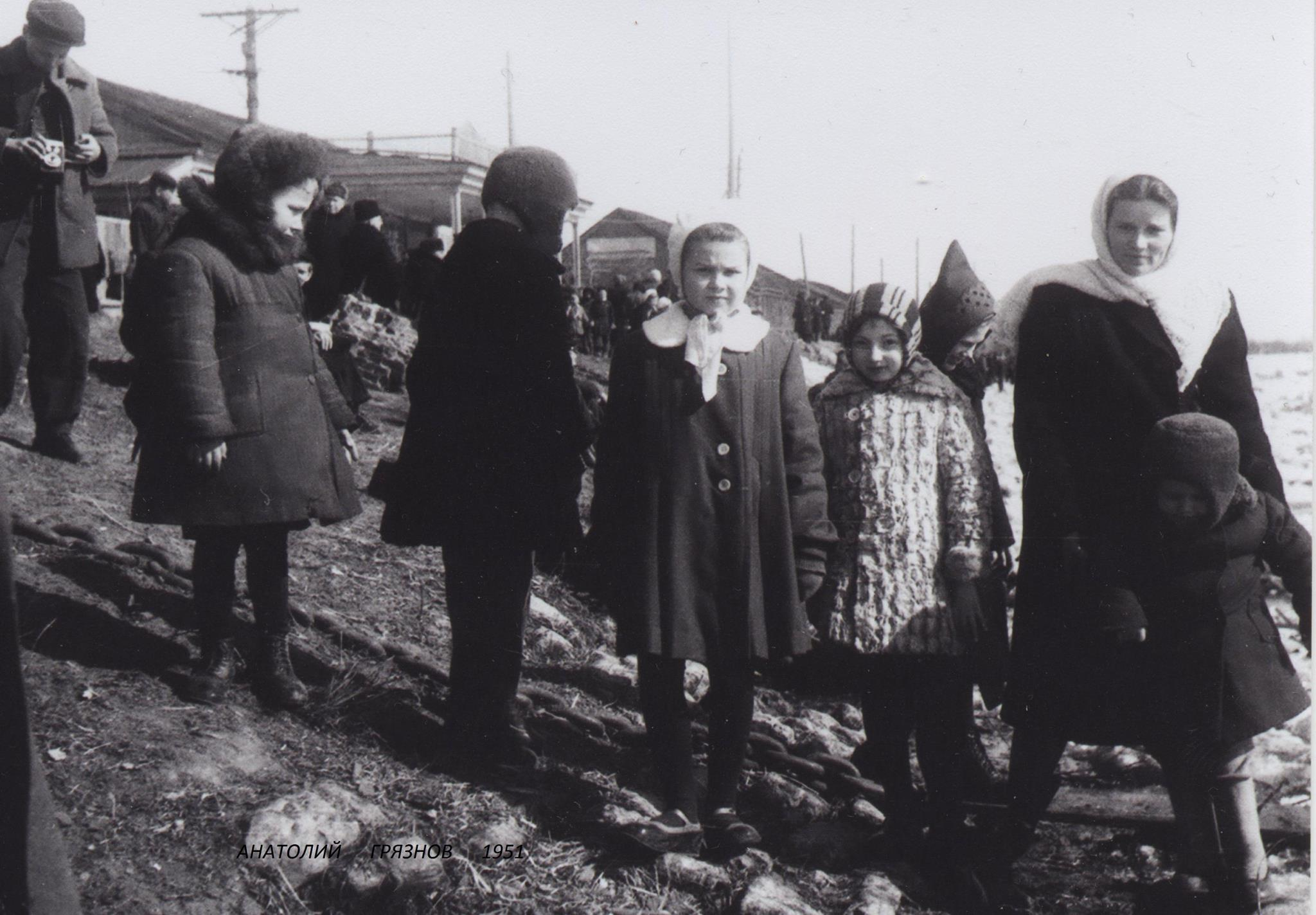 1951. Мы стоим возле самой воды - ледоход