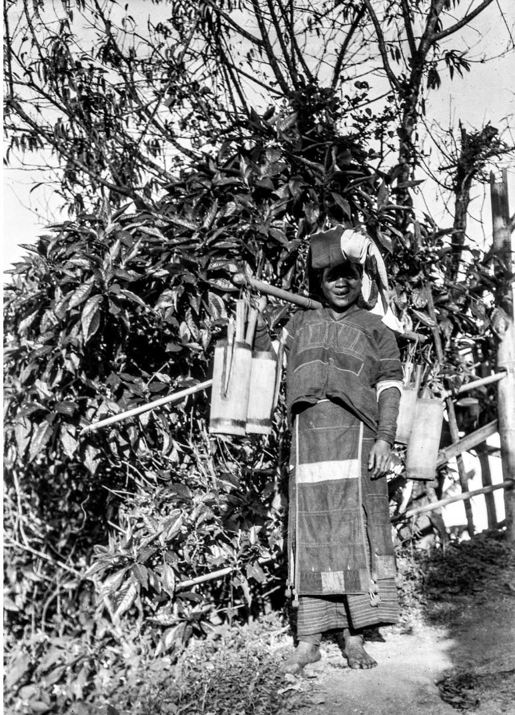 1103. Девушка народности палаунг несет воду