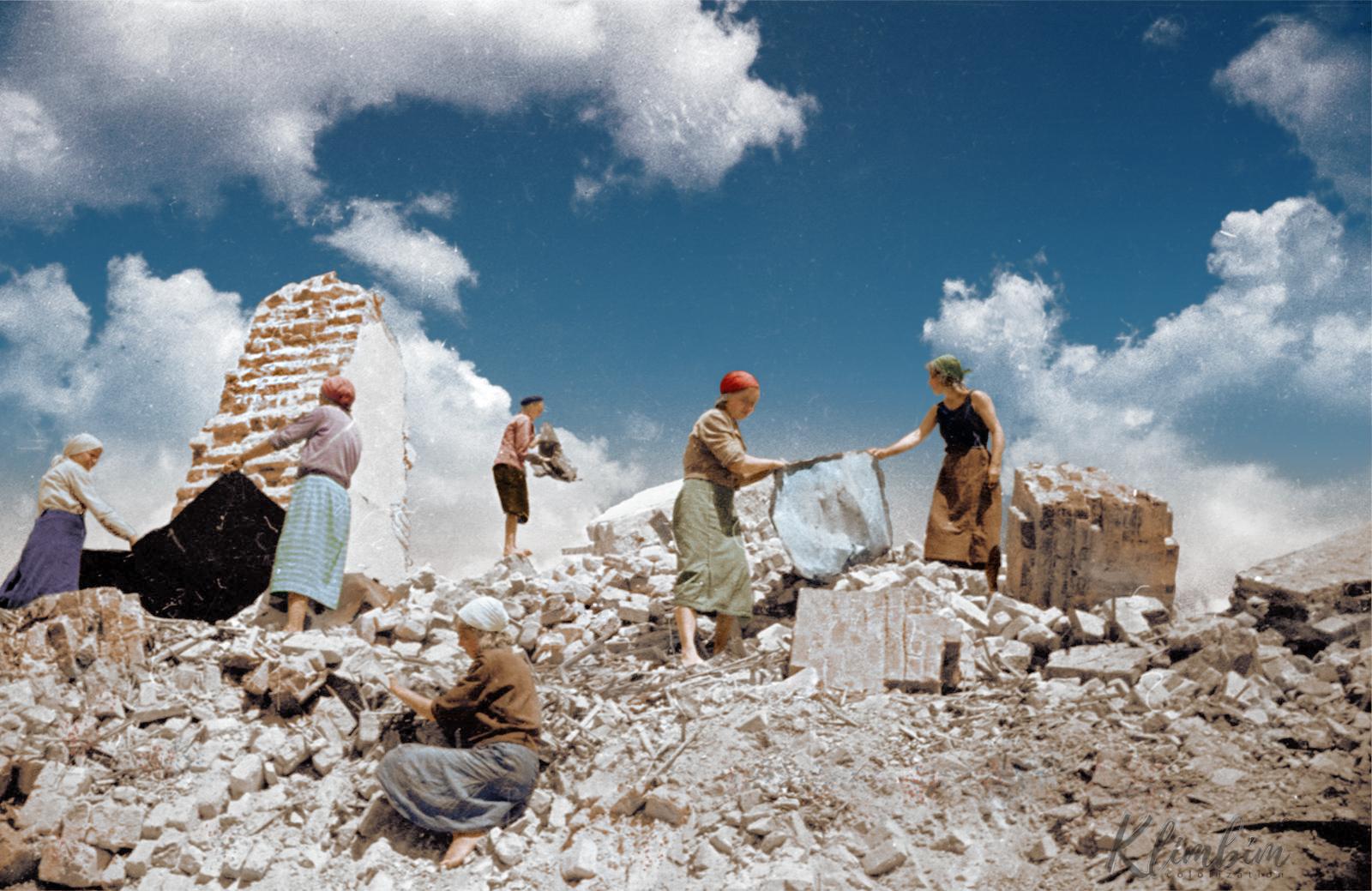 Советские женщины убирают обломки в разрушенных бомбами городах