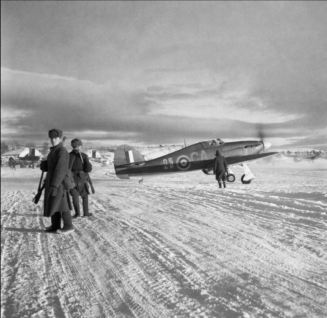 «Хоукер Харрикейн Mark IIB», Z5253 «GA-25» 134-ой эскадрильи RAF возле российских часовых
