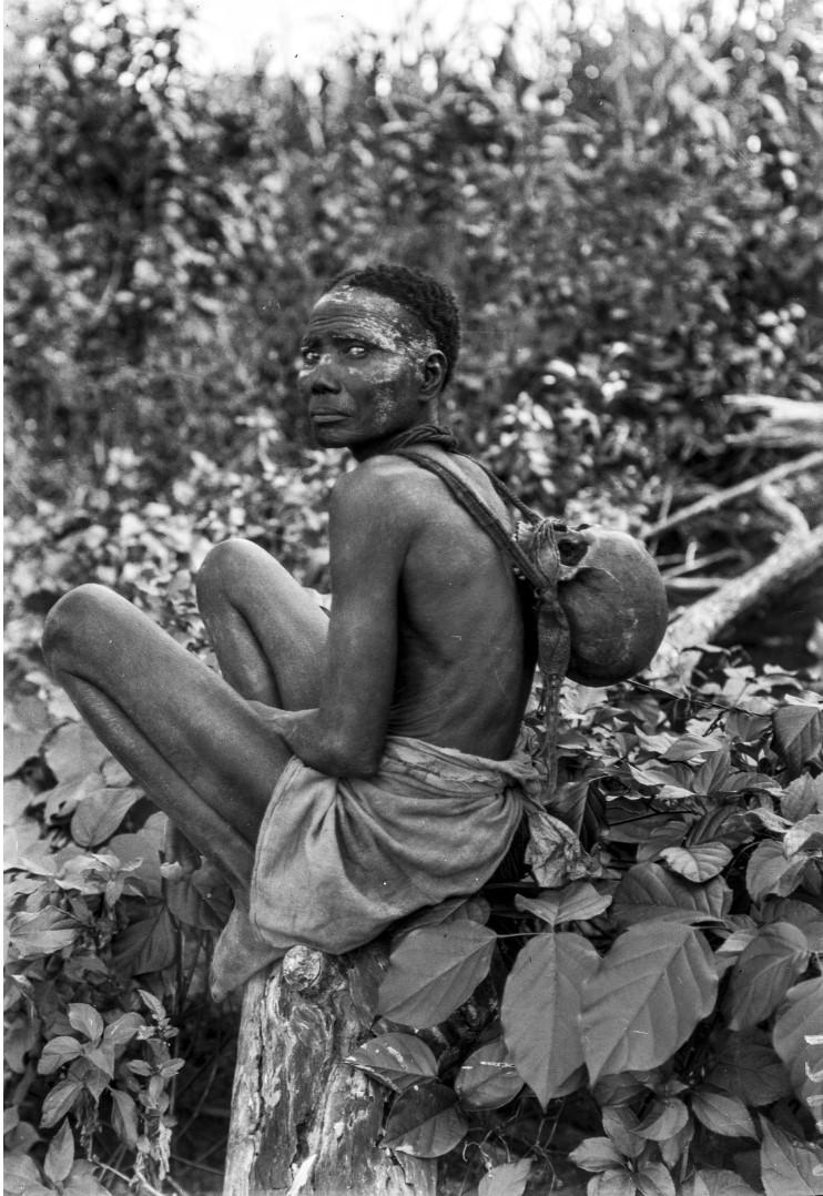 1264. Женщина с черепом на спине, возможно, как часть какого-то ритуала