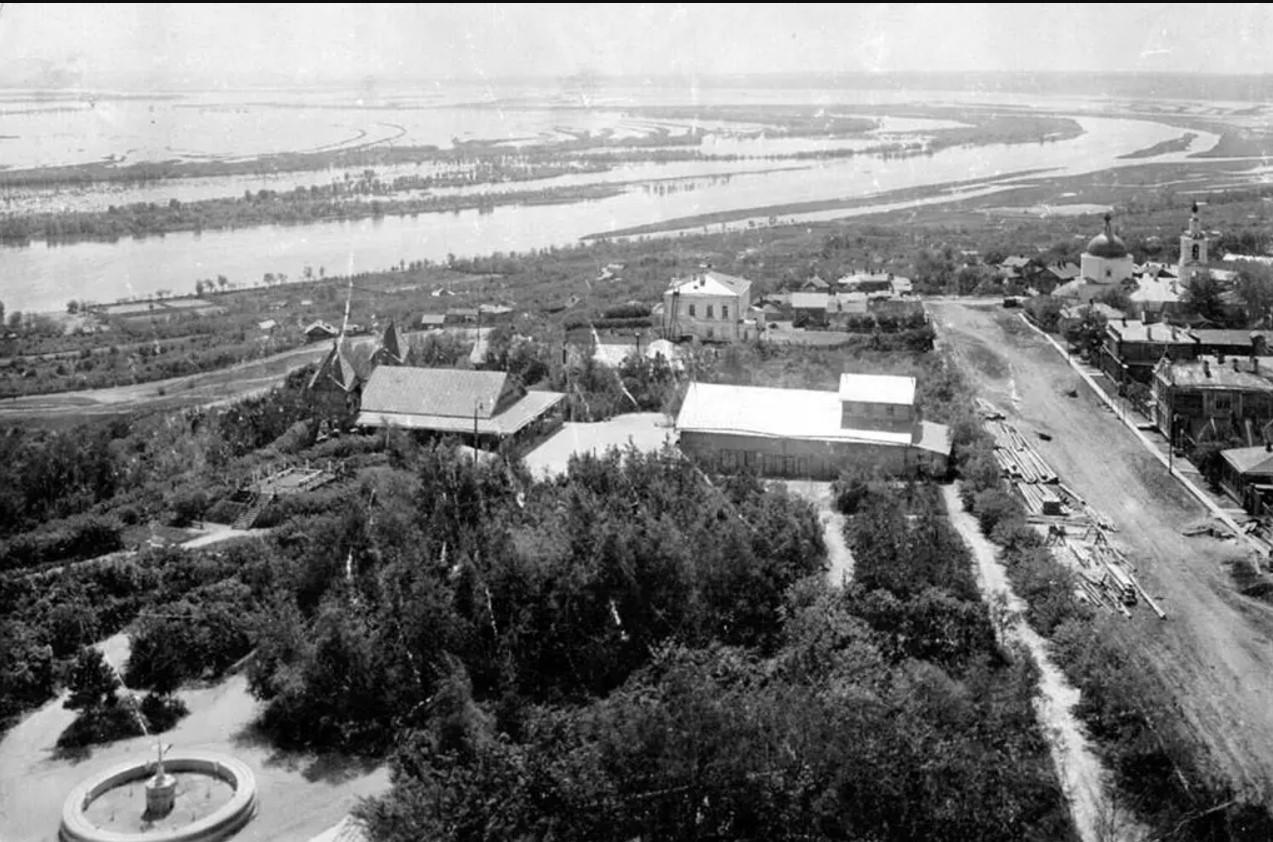 Вид с водонапорной башни на Владимирский сад и Волгу