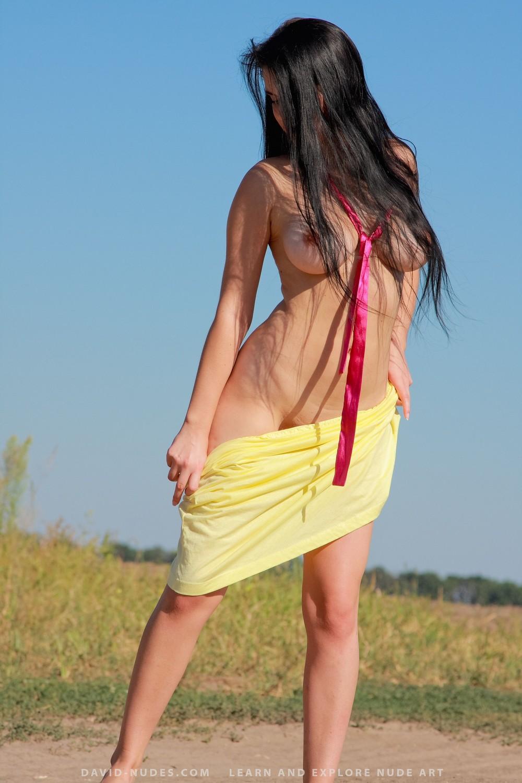 Vitalia разделась на сельской дороге