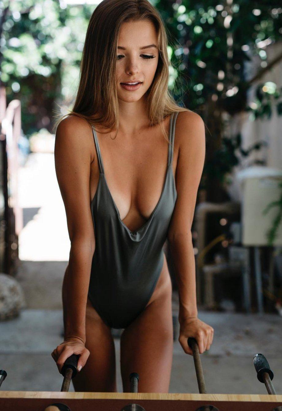 Девушки в купальниках и белье