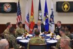 Трамп обедает с войсками во время посещения Центрального командования вооруженных сил США на базе ВВС MacDill 6.02.17, Тампа, штат Флорида.  Mandel Ngan, AFP, Getty Images.png