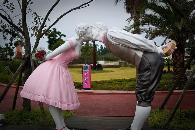 Открытки. 6 июля -день поцелуя! Скульптуры целуются