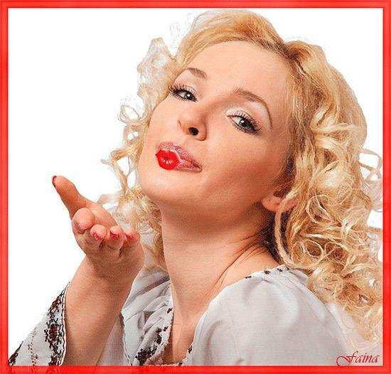 Открытки. С днем поцелуя! Девушка посылает воздушный поцелуй открытки фото рисунки картинки поздравления