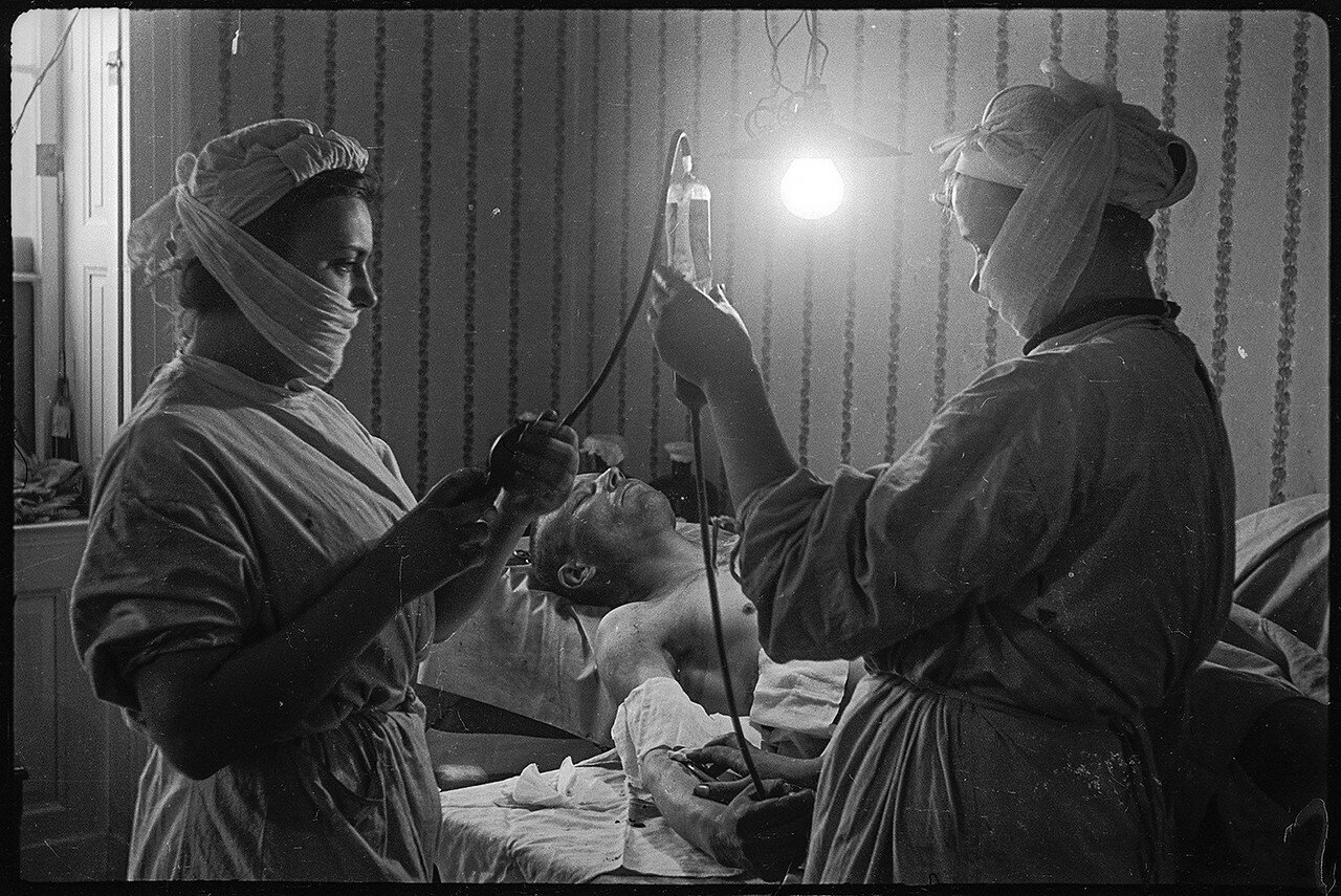 1. Переливание крови в медпункте. Берлин. Май, 1945.jpg