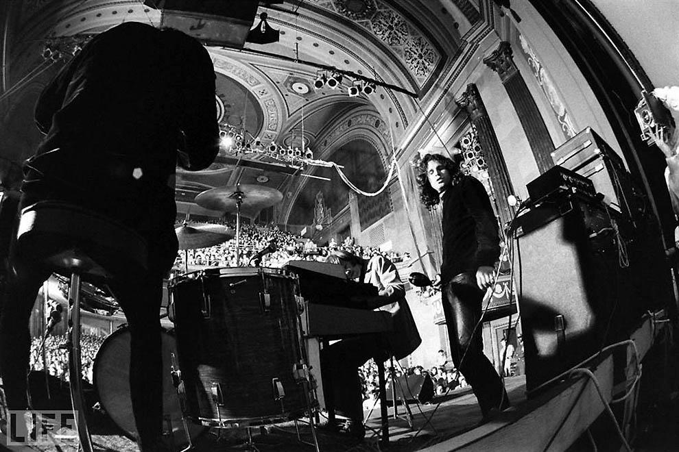 Выступления Джима Моррисона часто были похожи на гипнотические сеансы. Во время концертов Джим входи