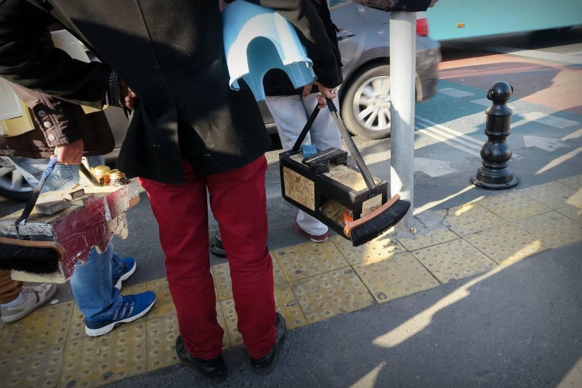 Если напомнить ему, что это он сам предлагал почистить вашу обувь в благодарность за проявленное вам