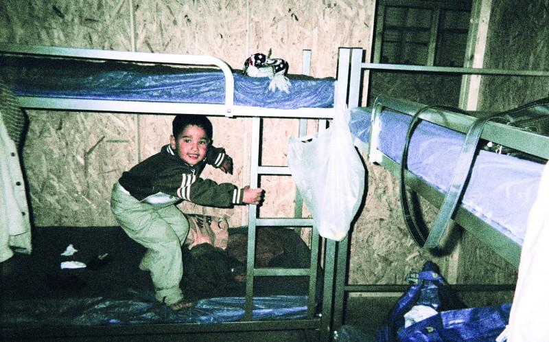 Сын Дияба Керим прыгает и смеется, когда они попадают в свою временную спальню в Германии.
