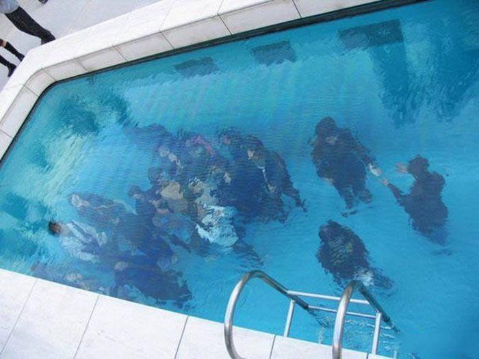 Оригинальный бассейн с людьми.