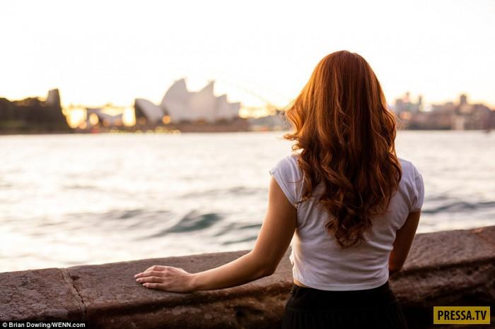 Бенедетта из итальянского города Верона позирует фотографу на набережной Сиднея.