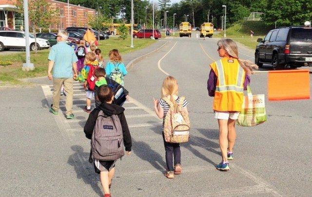 С младших классов ребенок сам собирается в школу, мама лишь контролирует. Вшколу дети ходят без сопр