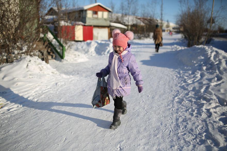 Девочка купила в магазине продукты, те самые, которые доставил Руслан.