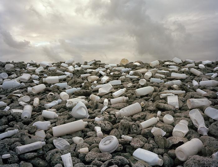 Инсталляции из мусора, найденного на побережье океана (12 фото)