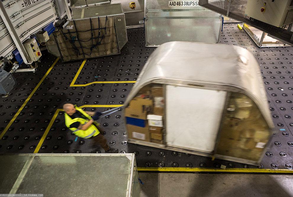 После наполнения контейнер оттаскивают к рампе: