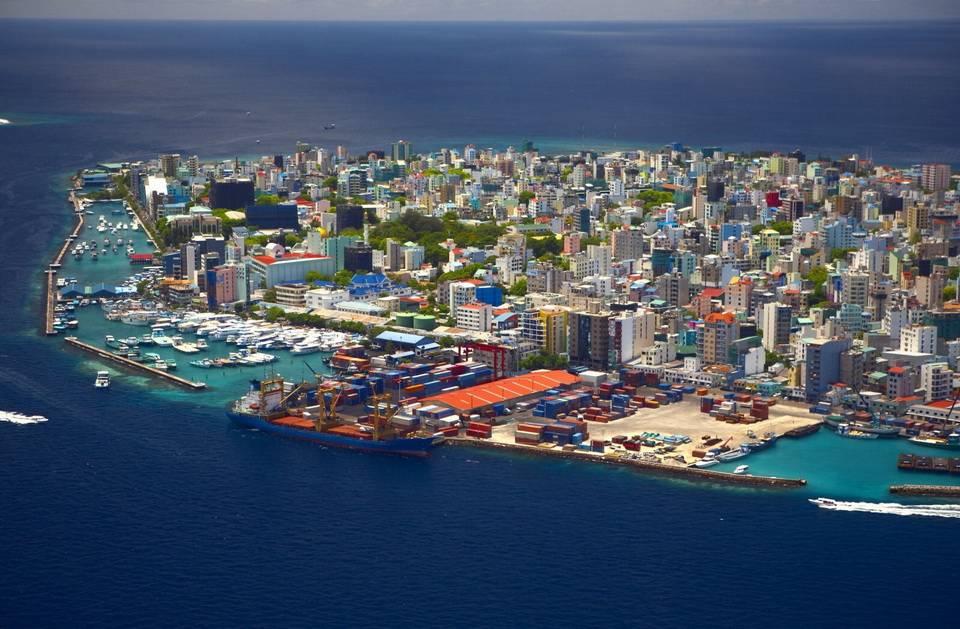 Город расположен на одноимённом острове атолла Каафу, площадью 1,8 км² (включая насыпные террит