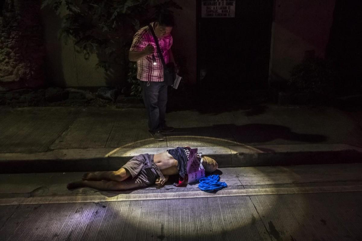 Нередко убитых находят со связанными за спиной руками и головой, обернутой в скотч. Убийцы прикрепля