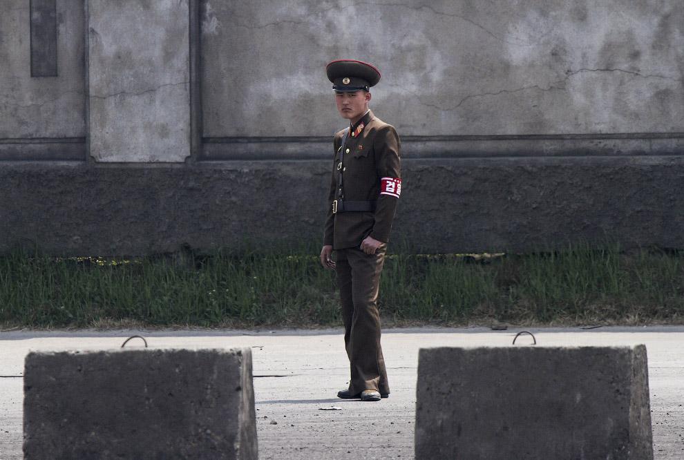19. Северные корейцы стоят на берегах реки Ялу на границе, 2 мая 2015. (Фото Jacky Chen | Reute